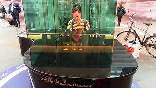 Zwolle man playing station piano