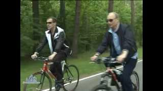 Путин и Медведев на велосипеде