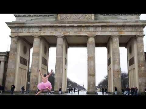 Bob Carey tanzt im rosa Tutu auf dem Pariser Platz in Berlin