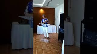グアムの結婚式で花嫁の父親が涙をこらえて歌う (ひとりじゃないの)