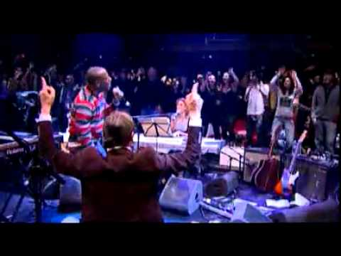 Wyclef Jean's handstand during 'Sweetest Girl' performance