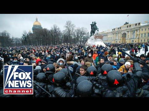 Russian-police-arrest-thousands-of-protesters-demanding-Alexei-Navalnys-release