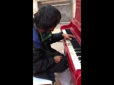 Ютуб бомж играет на пианино