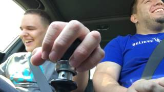Emocionante: pai ensina filho cego e autista a trocar marchas
