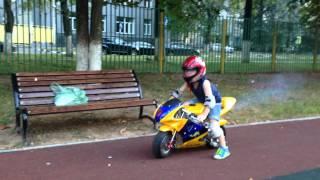 ребенок 4 года катается на мотоцикле!!!
