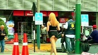 ¿Ayudarían los peruanos a una chica que lleva la falda alzada por accidente?