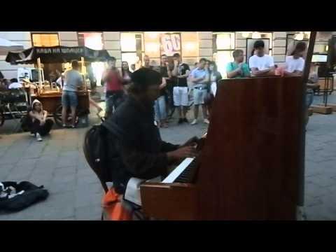 Во Львове бездомный играл на фортепиано саундтреки к фильму 'Амели'