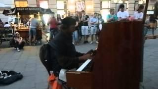 """Во Львове бездомный играл на фортепиано саундтреки к фильму """"Амели"""""""