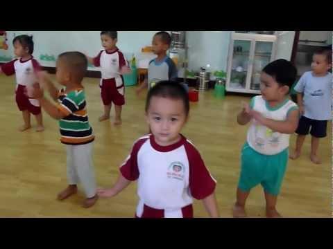 Bé tập nhảy múa theo bài Bé Yêu Biển Lắm - mầm non Hoa Hồng Đỏ