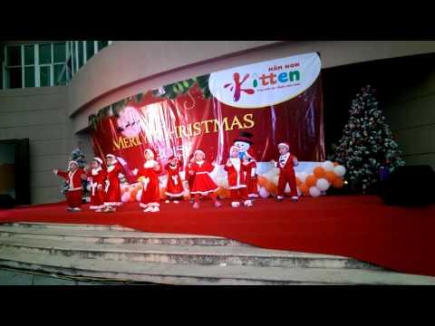 Con gái nhảy Jingle Bell ở trường mầm non Kitten