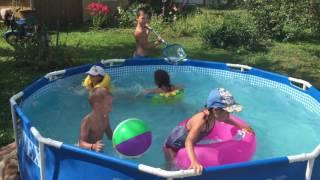 Дети купаются в бассейне.
