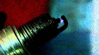 Искра в пробитой свече зажигания