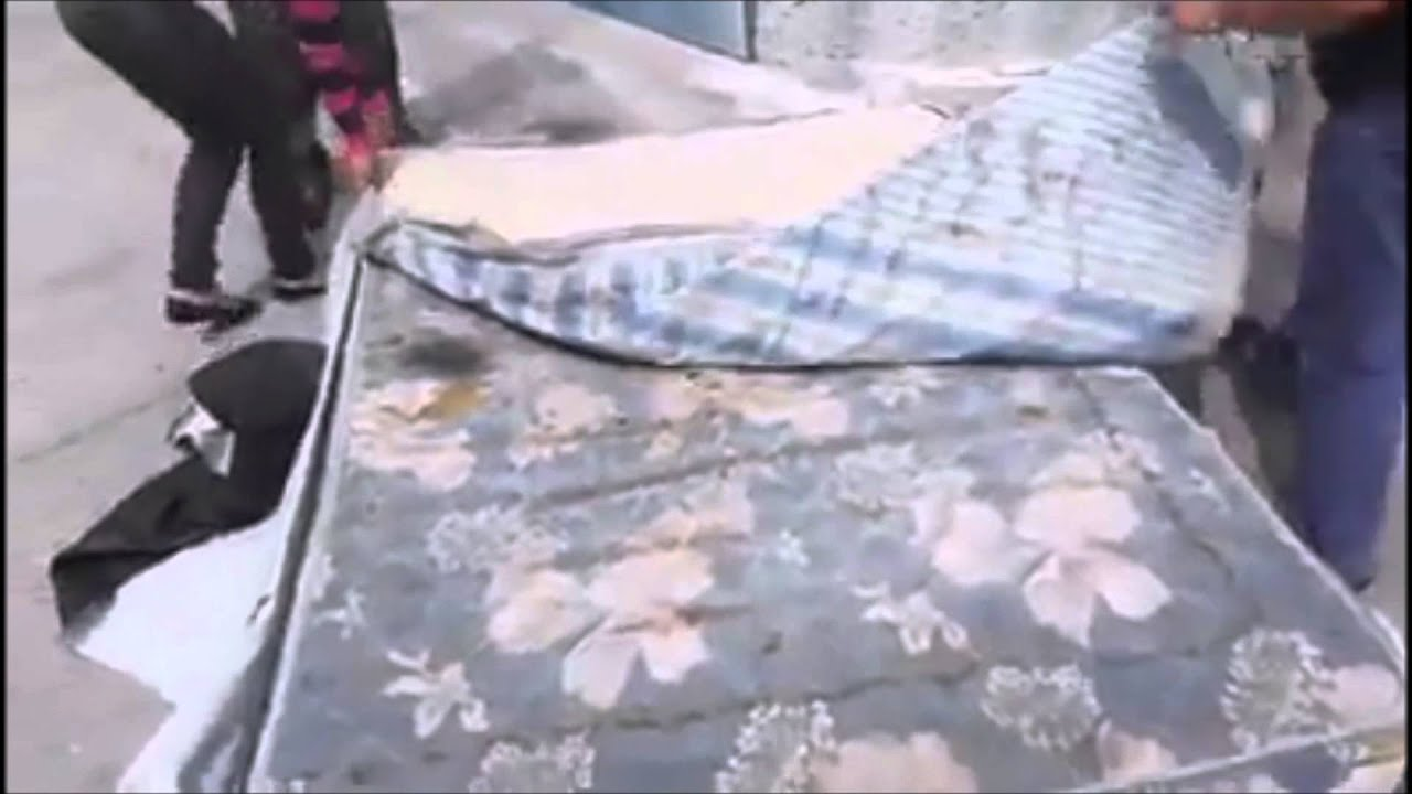 Venden colchones viejos reparados como si fueran nuevos - YouTube