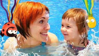 Бьянка ловит игрушки в бассейне. Маша Капуки в шоу Привет, Бьянка