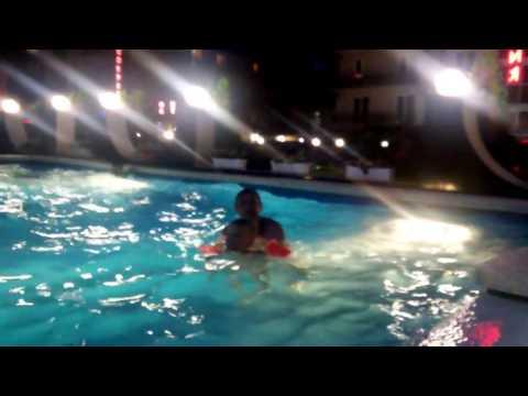 Мой брат переплывает бассейн в ROYAL ANAPA (Витязево)