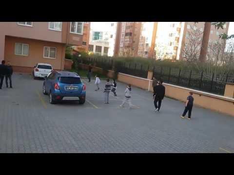 Jeremain Lens Mahallenin Çocuklarıyla Futbol Oynuyor