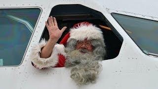 12月4日午前、サンタクロースがフィンランドから関西空港に到着した。...