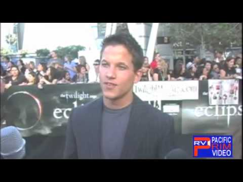 Mike Manning of Real World DC s off his abs & hidden wolf tat at Twilight Ese Premiere