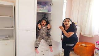 اختبأت أختي الصغيرة في الخزانة