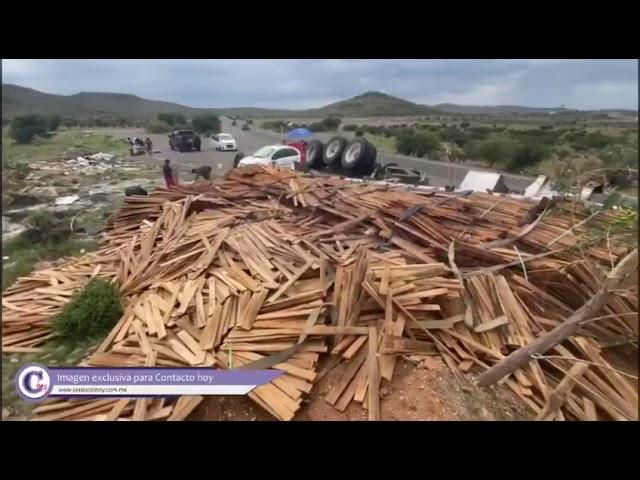 🚨🚨 Trailero tira su carga de madera y vuelca por distribuidor vial, cerca de Las Yucas. #Durango