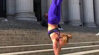 Гимнастка наруках проходит препятствие  instagram