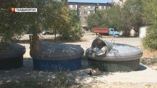Жилые дома утопают в бытовом мусоре