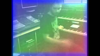 Garo Tavitjan sviri na dva instrumenti (play two instruments)