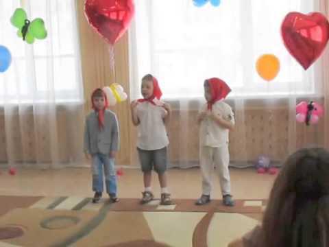 Дети поют частушки и поздравляют мам и девочек с 8 марта