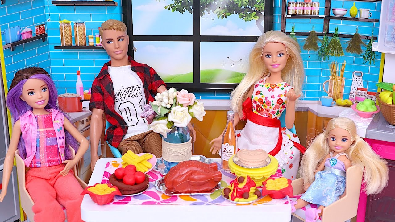 Muñeca Barbie cocinando la cena para la familia I Play Toys Español