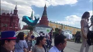Японцы приветствуют Москву