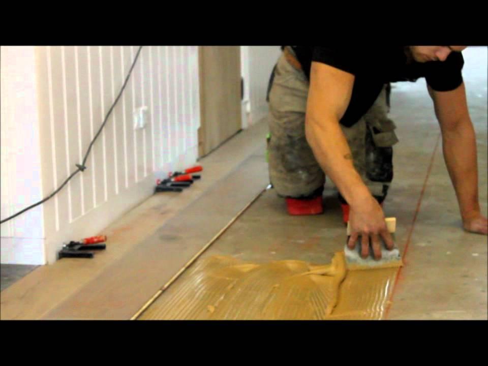 Eikenhouten Vloer Leggen : Houten vloeren lijmen houten vloer leggen youtube