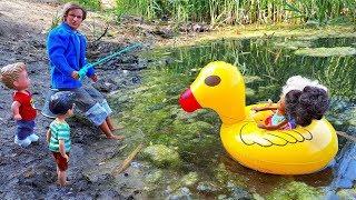КОГО ПОЙМАЛ ДИРЕКТОР ШКОЛЫ … Случай на озере – Играем с Барби На пляже