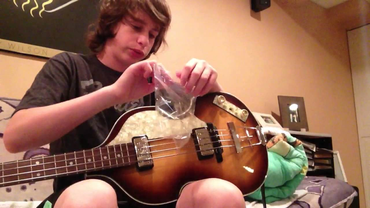 how to hold a pick bass