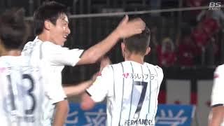 相手陣内でボールを持ったルーカス フェルナンデス(札幌)がドリブルで...