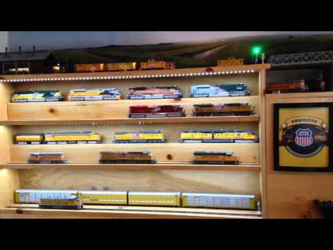 HO Trains Display Cabinet – MTH SD70ACE Katy and UP 8321
