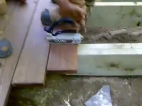 l'installation de vis dans le stuc