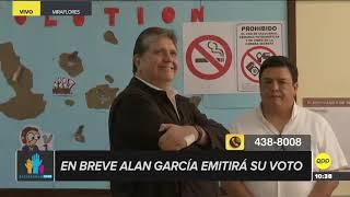 Alan García acudió a votar en Miraflores acompañado de su portátil
