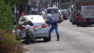 白バイ隊員が交通整理をしてくれているのに完全無視して違反した車が追跡されて捕まった瞬間!