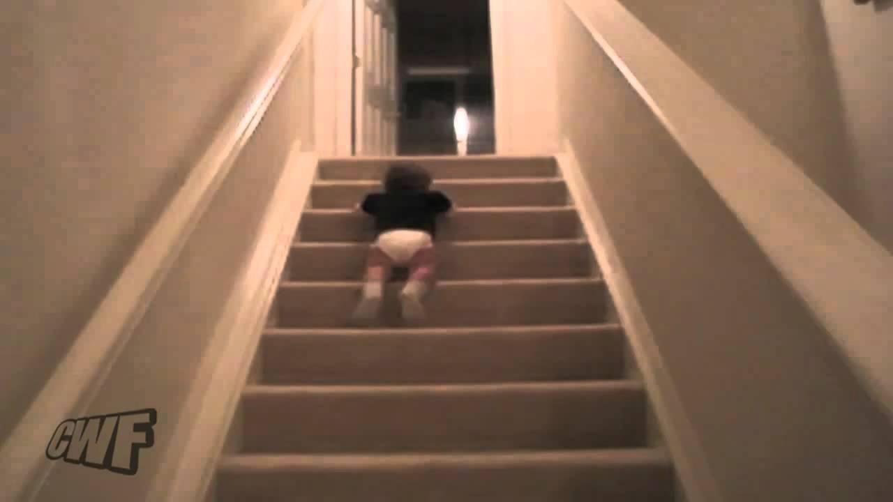 Bimbo che scende le scale con il sedere youtube for Cani che non vogliono fare il bagno
