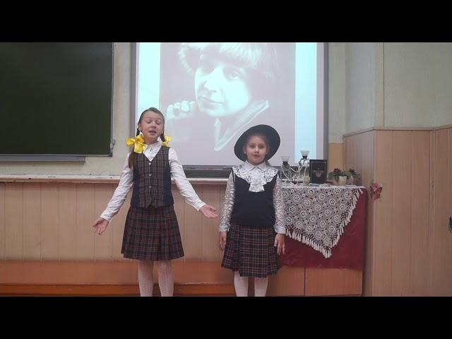 Изображение предпросмотра прочтения – «Алиса&Алиса» читают произведение «За книгами» М.И.Цветаевой
