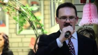 Папа поёт песню у дочери на свадьбе
