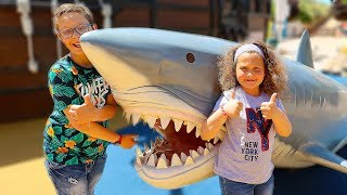 Dani and Rebeca having Fun at the Sea Life Aquarium for the first time!