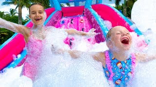 Stacy e sua amiga fazem uma festa de espuma
