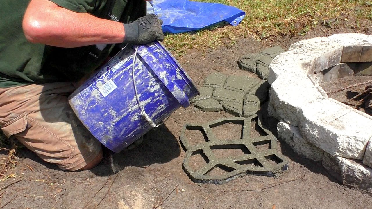 Costruzione selciato con stampo e cemento stampino per for Giardino piastrellato