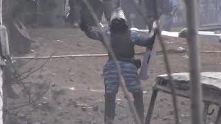 Беркутовец издевается и провоцирует народ на Грушевского. Жесть