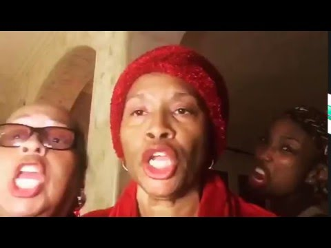 "Brandy, Roz Ryan, & Jenifer Lewis Perform ""In These Streets"""
