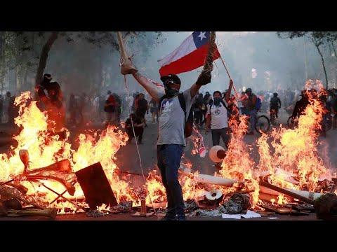 Chilenos continuam a protestar nas ruas da capital