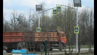 В Калининградской области пешеходные переходы приводят к новым национальным стандартам(Особое внимание уделено «зебрам» у школ и гимназий. Среди обязательных требований: барьерное ограждение,..., 2016-04-21T14:32:46.000Z)