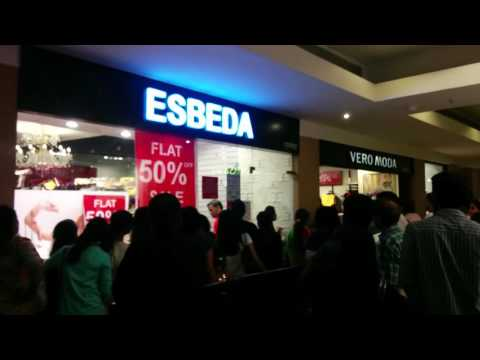 Women shopping in Mumbai Mall | Sale and heavy discounts | India