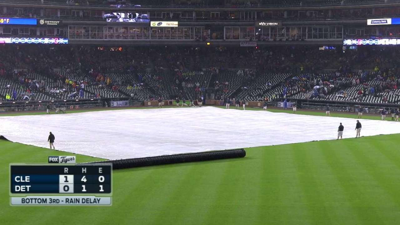 CLE@DET: Tigers' grounds crew roll out the tarp